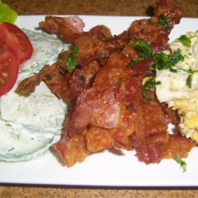 Rührei mit Kräutern und knusprigem Bacon