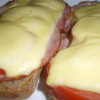 Überbackenes Schinken-Käse-Brot