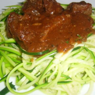 Rinder-Gulasch mit Zucchini Nudeln