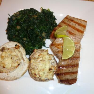 Thunfischsteak mit Blattspinat und gefüllten Champignons